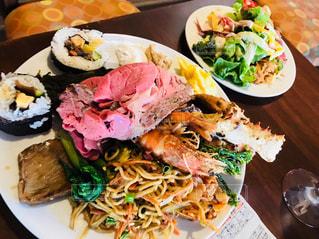 テーブルの上に食べ物のプレートの写真・画像素材[859720]