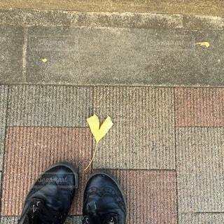 足元に落ちてるハートの写真・画像素材[867992]