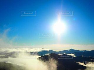 雪の覆われた山々 の景色の写真・画像素材[885772]