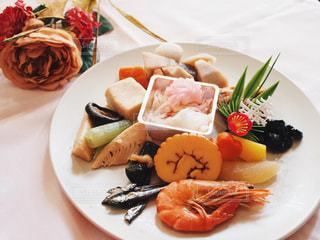 テーブルの上に食べ物の種類トッピング白プレートの写真・画像素材[947926]