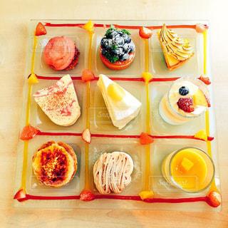 テーブルの上に食べ物の写真・画像素材[870792]