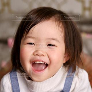 カメラに向かって笑みを浮かべて少女 - No.859851