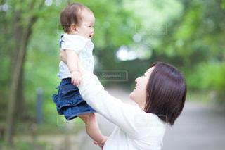 子供を持っている人の写真・画像素材[1192352]