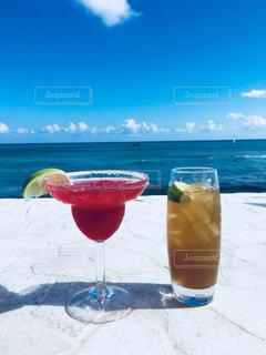 ビーチでお酒の写真・画像素材[867500]