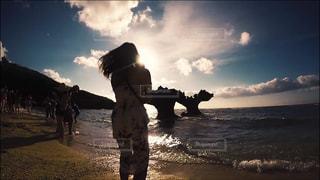 海,ビーチ,雲,青空,後ろ姿,影,旅行,古宇利大橋,古宇利島,ハートロック,人影,空と海