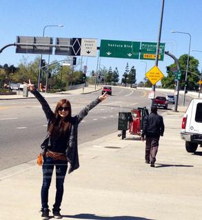 人が通りを歩いています。の写真・画像素材[1008364]