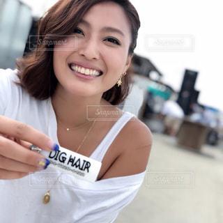 カメラの笑みを浮かべて女性の写真・画像素材[1400552]