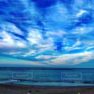 水の体の横にあるビーチの写真・画像素材[1400564]