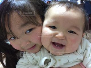 女の子の赤ん坊を保持の写真・画像素材[863485]