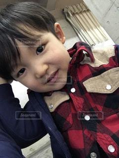 カメラに向かって笑みを浮かべて男の子の写真・画像素材[889755]