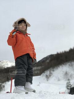 雪の中で立っている男の子の写真・画像素材[942529]