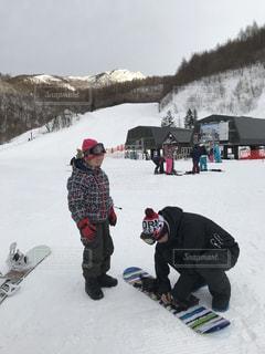 雪のボードの上に立って人々 のグループの写真・画像素材[942532]