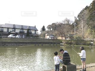 川の横に立っている人々 のグループの写真・画像素材[994772]