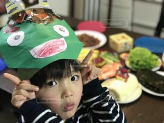 テーブルに座っている小さな子供の写真・画像素材[1021919]