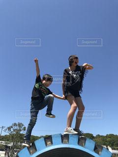 スケート ボードでトリックをしている男の写真・画像素材[1170428]