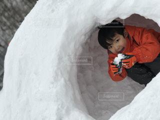 雪のボードに乗る少年の写真・画像素材[1683357]