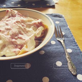 テーブルの上に食べ物のプレートの写真・画像素材[867705]