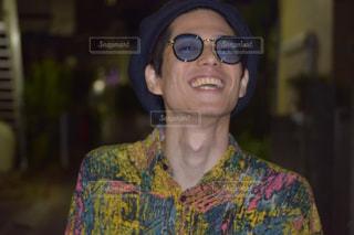 メガネをかけて、カメラで笑顔の人の写真・画像素材[861927]