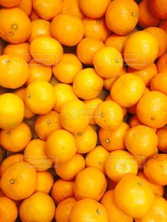 木製の表面の上に座ってオレンジの山の写真・画像素材[919891]