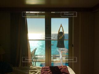 大きな窓のあるベッドルームの写真・画像素材[1522365]