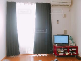 フラット スクリーン テレビの部屋に座っています。の写真・画像素材[1016051]