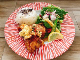 テーブルの上に食べ物のプレートの写真・画像素材[1273902]