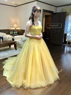 黄色のドレスの女性の写真・画像素材[1273910]