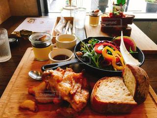 木製のテーブルの上に食べ物のプレートの写真・画像素材[1282424]