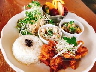 テーブルの上に食べ物のプレートの写真・画像素材[1282428]
