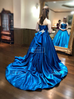 青いドレスの人の写真・画像素材[1313025]