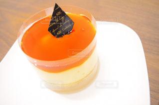 オレンジ ジュースのガラス プレートの写真・画像素材[886759]