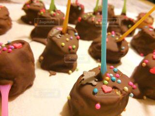 近くに誕生日ケーキのアップの写真・画像素材[865002]