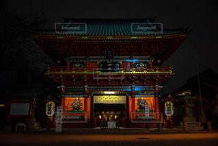 夜、時計の大きな建物の写真・画像素材[1030460]
