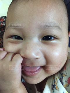 クローズ アップ カメラで笑顔の赤ちゃんの写真・画像素材[864082]