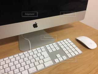 デスクトップ コンピューター モニター キーボードとマウスを使って机の上の写真・画像素材[923311]