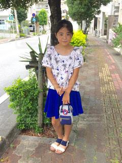 歩道の上を歩く少女の写真・画像素材[873428]