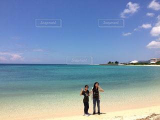 沖縄の海をバックにの写真・画像素材[897366]