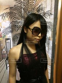 selfie を取ってサングラスを身に着けている女性の写真・画像素材[899329]
