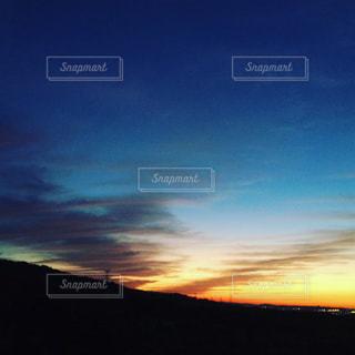 水の体に沈む夕日の写真・画像素材[964222]