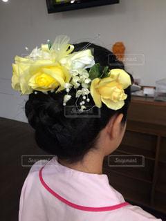 髪飾りを黄色の花での写真・画像素材[1031968]