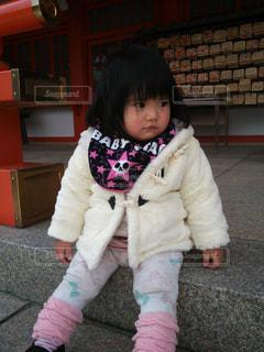テディベアを保持している小さな女の子の写真・画像素材[871915]