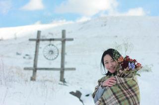 雪の中で立っている女の子の写真・画像素材[884193]