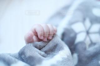 近くに赤ちゃんのアップの写真・画像素材[1884175]