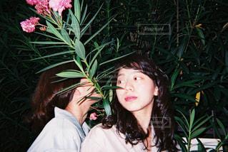 花を持っている人の写真・画像素材[912502]