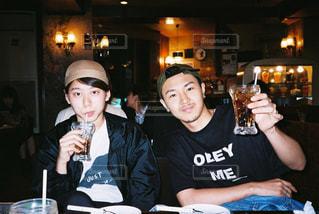 ワインを飲みながらテーブルで座っている人々 のグループの写真・画像素材[927474]