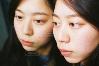 近くの女性のアップの写真・画像素材[1015902]