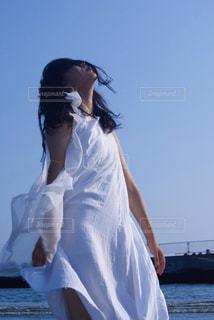 白いシャツの人の写真・画像素材[1121894]