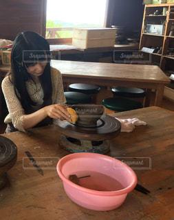 カルチャーコテージで陶芸をする女性の写真・画像素材[866908]