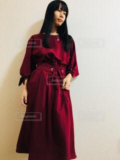 赤い魔女ワンピを着てポーズを取る女性の写真・画像素材[868910]