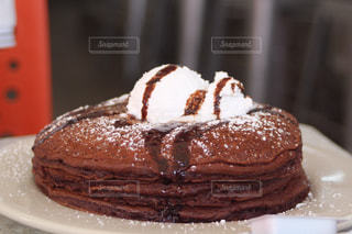 皿にチョコレート ケーキ - No.873414